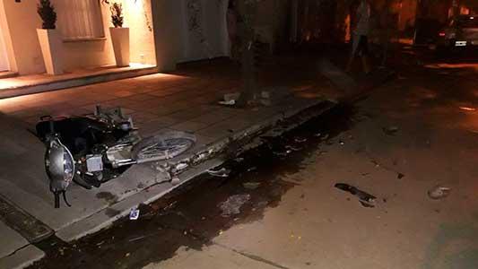 Choque fatal: Impactó en moto contra un auto estacionado y murió