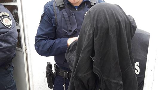 Detuvieron a un hombre armado que asaltó a una anciana