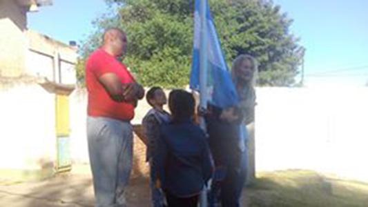 Ex soldados donan bandera nacional a jardín de infantes
