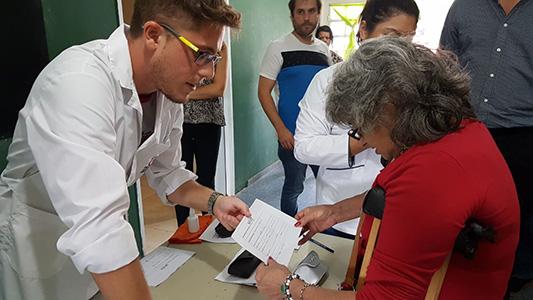 Estudiantes de la UNVM reciclan lentes y los entregan en los barrios