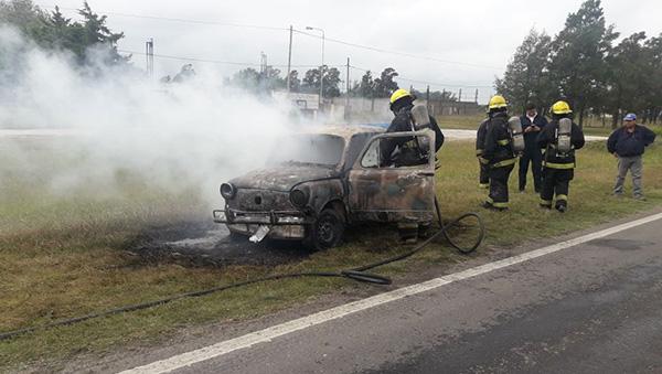 Incendio total de un fiat 600 en ruta 9 cerca de Tio Pujio
