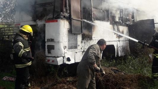 Bomberos sofocan incendio de colectivo