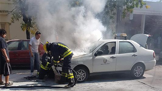 Por desperfecto eléctrico se incendió un taxi en calle Tucumán