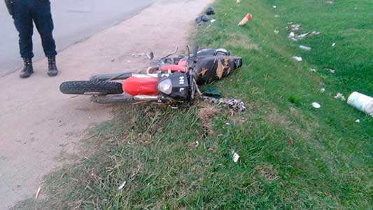 Se juntan la imprudencia y el peligro: aumentan caídas de motos y sin casco