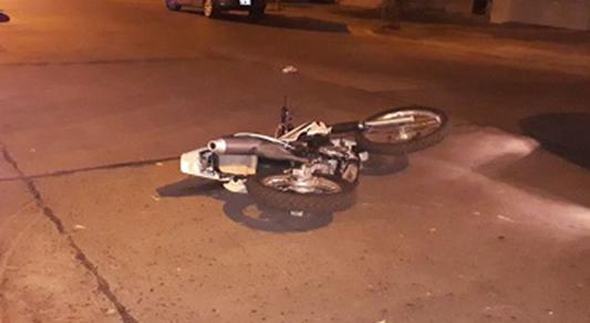 Buscan al conductor que chocó y se fugó dejando dos heridos