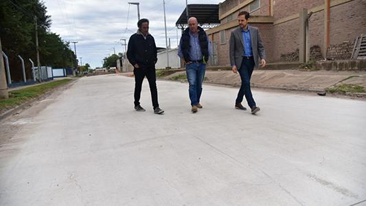 Gill recorrió obra de pavimentación que atraviesa tres barrios