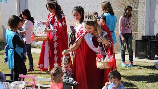 Reinas del Festival de Peñas salen por los barrios con regalos para chicos