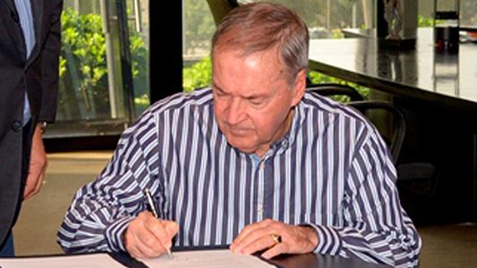 Schiaretti firmó el proyecto para que rindan concurso los aspirantes a entes provinciales