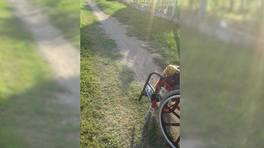 Vecina en silla de ruedas reclama por una ciclo vía de material en Las Acacias