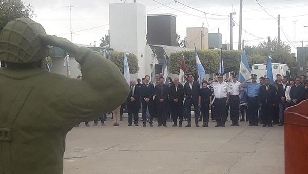 Video: con una bandera argentina gigante inauguraron la Plazoleta de Malvinas