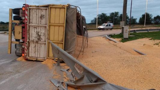 Volcó acoplado cargado de cereal en el cruce de rutas 158 y 2