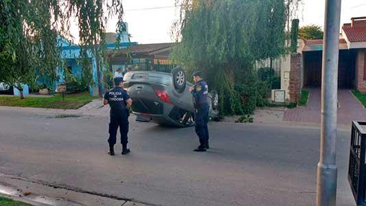 Vuelco en barrio Palermo: así quedó el auto accidentado