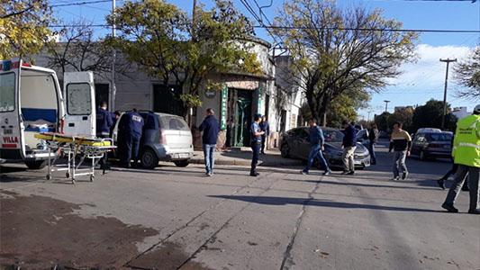 Chocaron, una persona quedó atrapada y uno de los automóviles sobre la vereda
