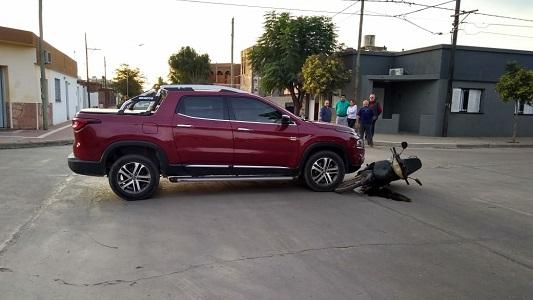 Madre con dos hijos casi quedan bajo la camioneta: iban sin casco