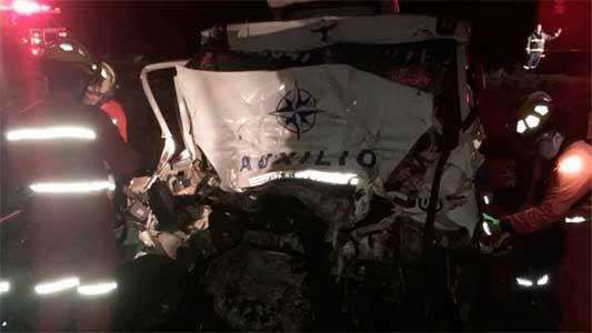 Choque fatal contra un camión: dos muertos en la Autopista