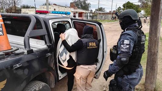 Madre e hijo vendían droga y la escondían en carteras y mochilas