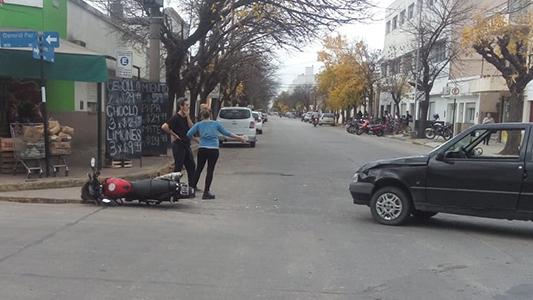 Accidente entre moto y auto en una esquina fatal: no hubo heridos graves