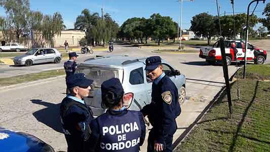 Tres colombianos detenidos en tensa situación en barrio Bello Horizonte