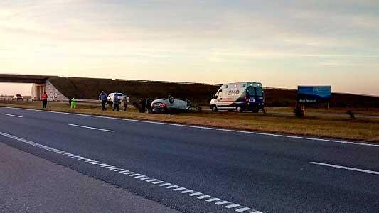 Despistaron y volcaron en la Autopista: una mujer con heridas en el rostro