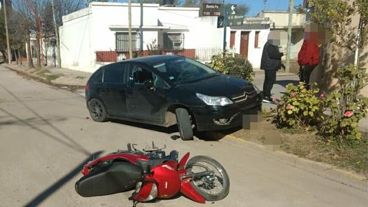 Dos motociclistas terminaron lesionadas tras chocar contra autos