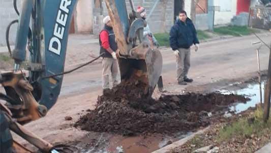Arreglan el caño roto que inundaba las calles en barrio Las Playas