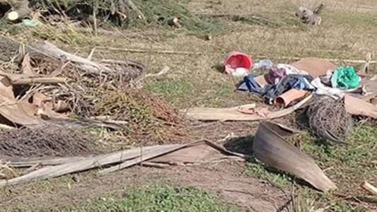 Vecinos conviven a diario con basura y bichos en el barrio Padre Mugica