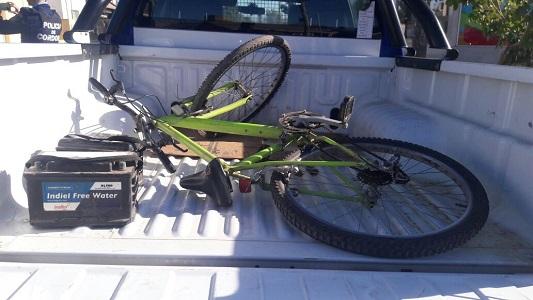 Dos chicos en bicicleta, atrapados con baterías robadas de madrugada