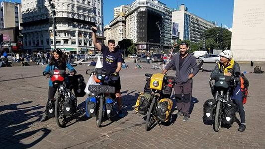 Se propusieron dar la vuelta al mundo en bici y pasaron por la ciudad