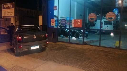 Conductor ebrio terminó con camioneta en la vereda y se reveló ante policías