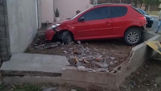 Pasó de largo contra la casa de la esquina y dejó el auto abandonado