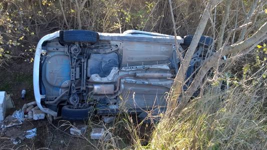 Así quedó el auto que volcó en un camino rural con su conductor atrapado