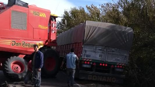Ruta 2 a media calzada: Se le salió la rueda a una cosechadora