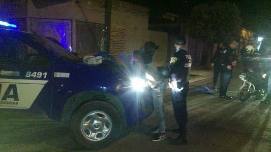 Peligro en moto: un chico de 17 puso en riesgo su vida y la de vecinos