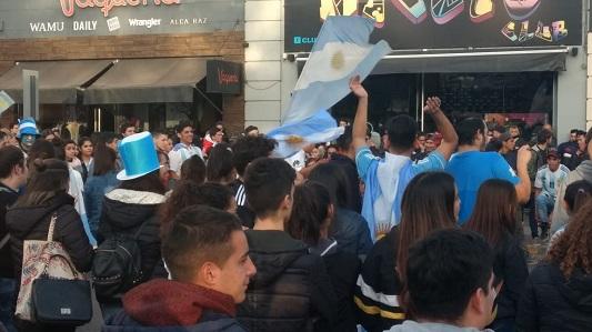 Los hinchas festejaron el triunfo de la Selección en el centro de la ciudad