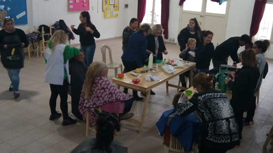 Jóvenes y adultos mayores compartieron una jornada de charlas y peluquería