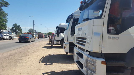 Más de 100 camiones parados en ruta 9 y 2 en reclamo de mejoras salariales