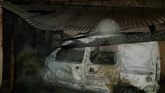 Otro auto que se quemó por completo: también ardió el techo