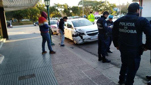 Intentaba estacionar su auto cuando un taxi lo chocó