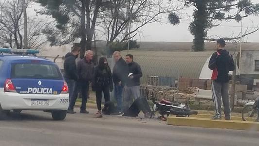 Avenida peligrosa: una motocicleta chocó contra una camioneta