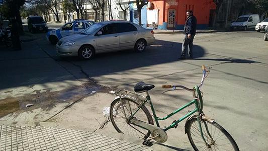 Accidente entre un automóvil y una bicicleta deja una mujer herida