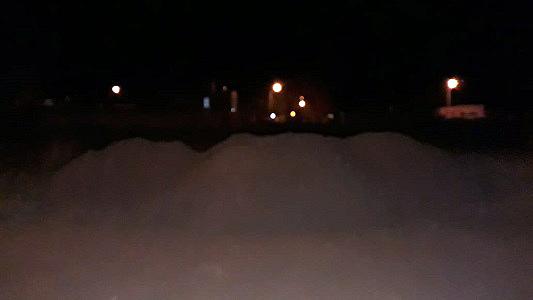 De noche casi no se ve montículo que tapa ¿una calle o un terreno?