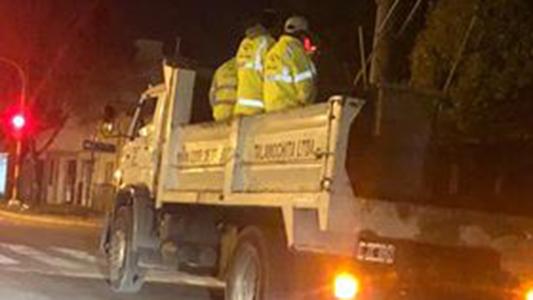 Se repite: camión de servicio público llevando gente peligrosamente
