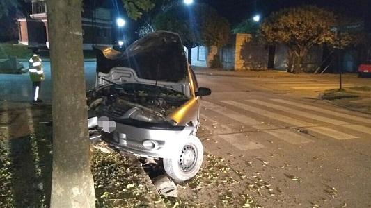 Graves lesiones: Chocó de frente contra un árbol en barrio Santa Ana