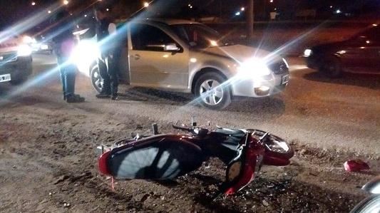 Se fracturó una mano por un choque de moto contra auto