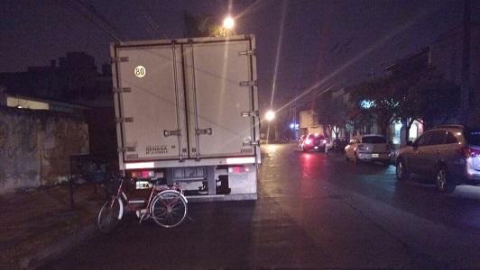 Chocó en bici contra un camión estacionado y se fracturó parte de la cara