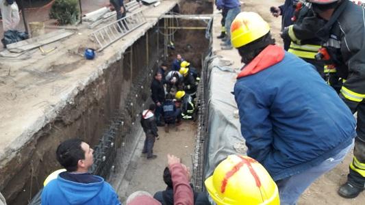 Tercer derrumbe en la obra de desagüe: tres obreros quedaron atrapados