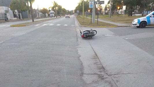 Sufrió grave traumatismo de cráneo por caer en moto sin casco