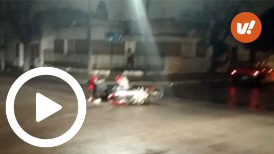 Noche peligrosa para conducir: choque en moto, con piso mojado y sin casco