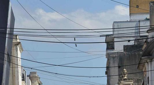 Uno por uno: revisan postes y cables en Bell Ville