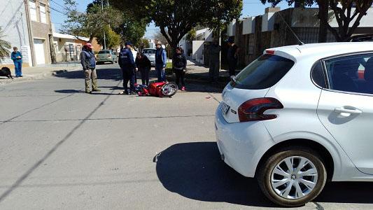 Accidente entre auto y moto dejó a una joven con lesiones en su brazo